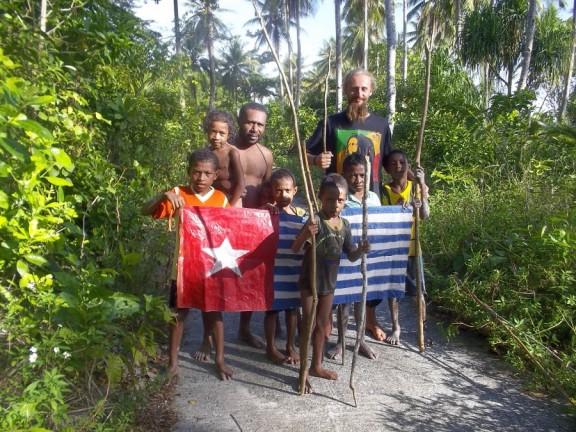 Я среди юнных революционеров. За этот флаг их и растреливают резиновыми пулями, садят в тюрьмы. Папуасы не сдаются!